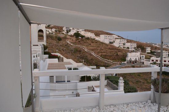 Grace Mykonos Hotel: View to the left of the pool