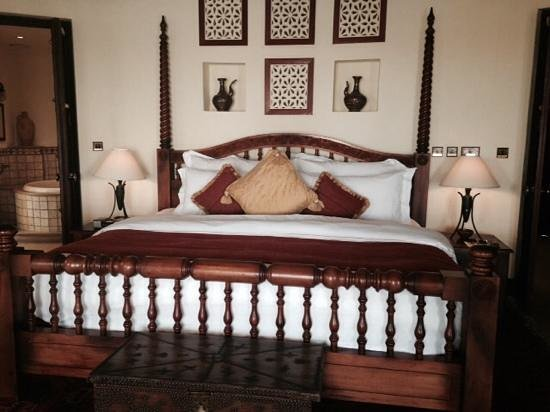 Al Maha, A Luxury Collection Desert Resort & Spa: Massive Bed