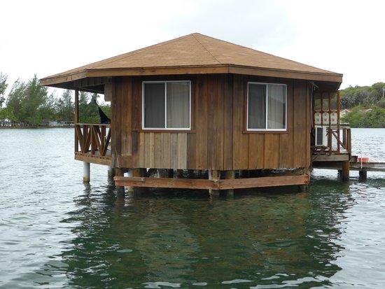 CoCo View Resort: Bungalow off walkway over water