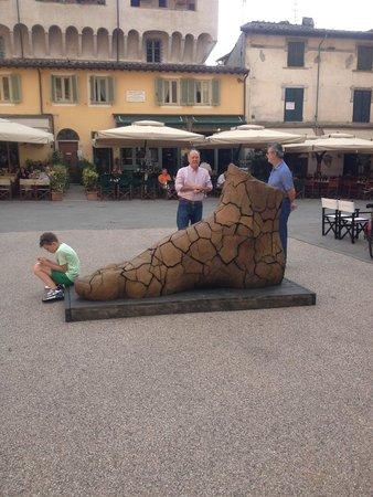 Locanda al Colle : Art in the piazza in Pietrasanta
