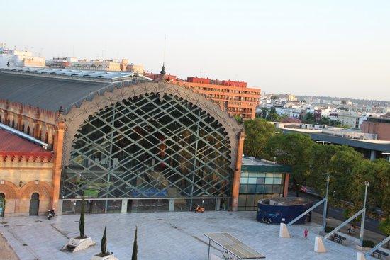NH Sevilla Plaza de Armas: Vista do shopping ao lado do hotel