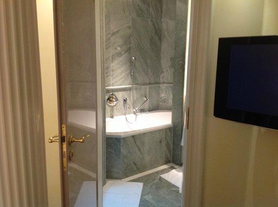 Bayerischer Hof Hotel: Badezimmer, Teilansicht