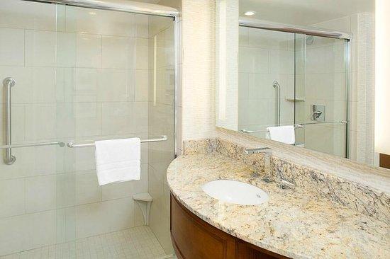 Embassy Suites by Hilton Destin - Miramar Beach: Walk in Shower in King Deluxe Room