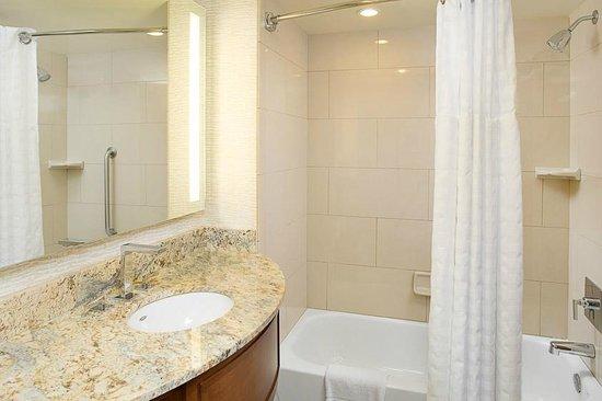 Embassy Suites by Hilton Destin - Miramar Beach : Standard Guest Room with Bathtub