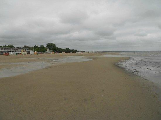 Parnu Beach Promenade: Playa con lluvia