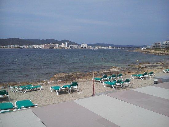 Playa Bella Apartments: Straight onto strip of beach