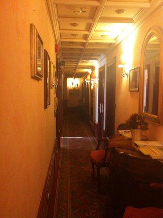 Hotel Vittoria: Hallway