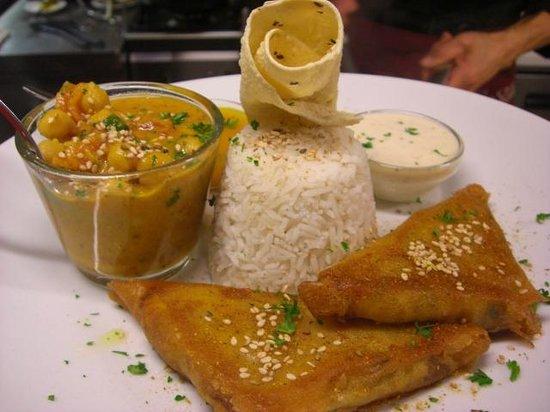EssKultur Bio Restaurant & Cafe: Indischer Thali Teller mit Channa Masala Dal, Papadam, Samoosas, Raita und Basmatireis