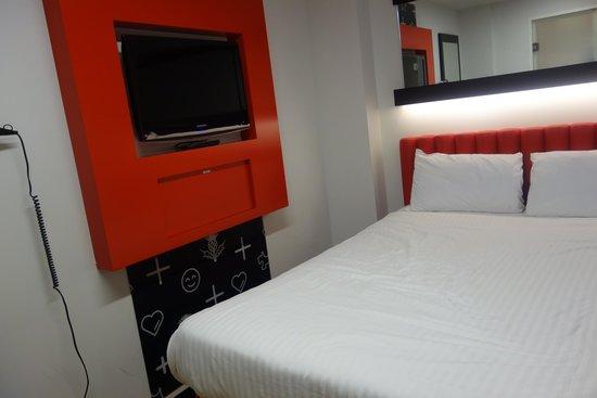 Tune Hotel Haymarket, Edinburgh : Double windowless room