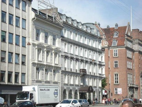 Hotel Alexandra: Alexandra Hotel from Andersens Bld.
