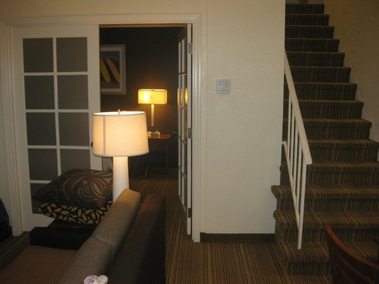 Residence Inn Los Angeles LAX/Manhattan Beach: Penthouse downstairs bedroom entry & stairs