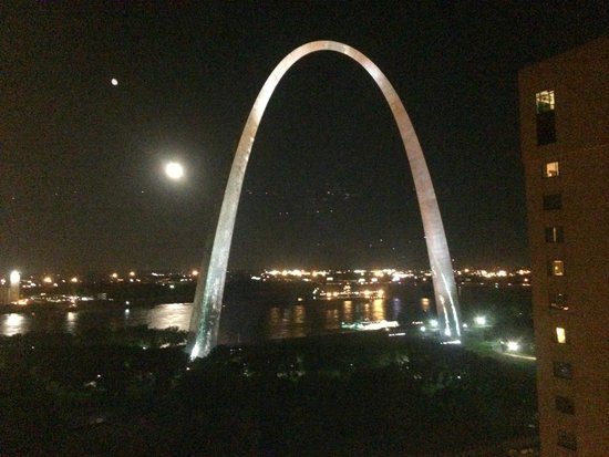 City Place St. Louis Downtown Hotel : Excellent view of the Arch from the hotel room