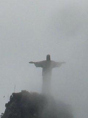 Statue du Christ Rédempteur : Cristo en la neblina