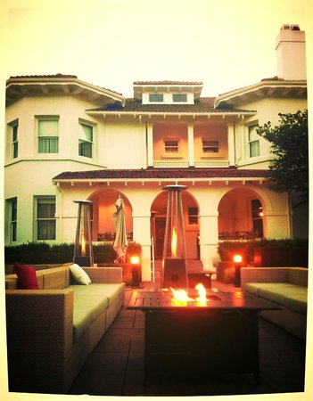 Dolce Hayes Mansion: Outdoor Lounge