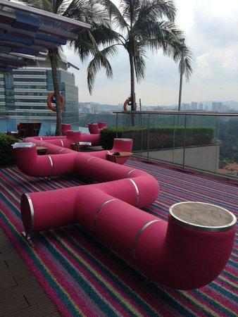Aloft Kuala Lumpur Sentral : Infity pool and restaurant at roof top
