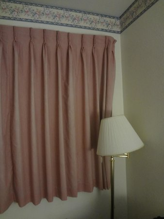 Comfort Inn : torn lampshade, worn curtains