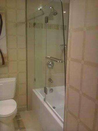 Golden Nugget Biloxi: Nice shower door.