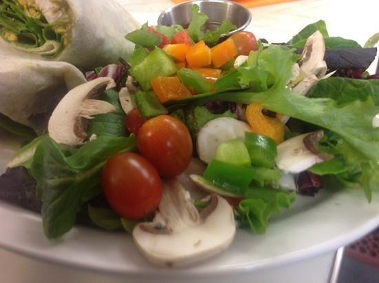 Lisa's Lakeside Bistro: Garden fresh salads!