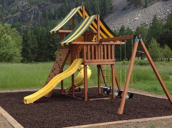 Lisa's Lakeside Bistro : Parents can relax while the kids play!