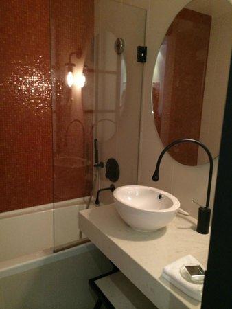 La Villa Saint-Germain: Bathroom - spacious, but shower head is only hand held