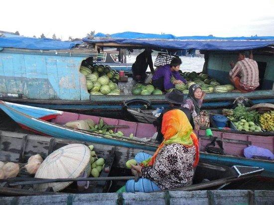 Pasar Terapung: Hasil Bumi di Pasar Apung Muara Kuin