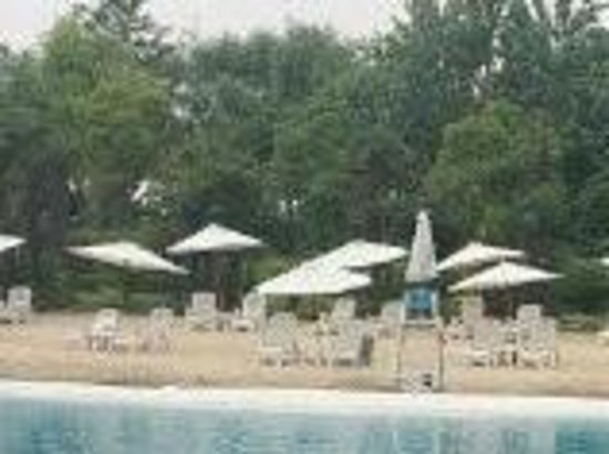 Sofitel Shanghai Sheshan Oriental: artificial beach