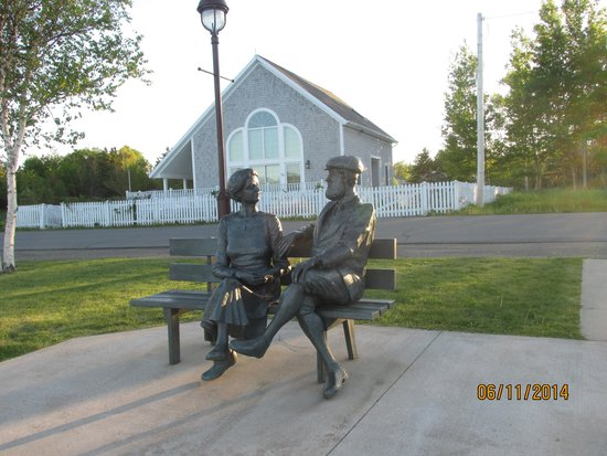 Alexander Graham Bell National Historic Site: Statues of Bell and his wife on the grounds