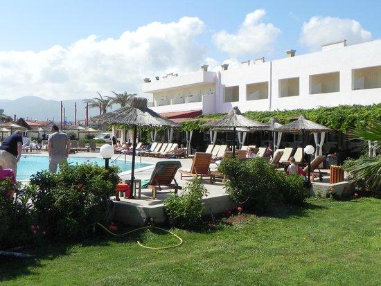 Golden Star Hotel : vue générale des abords de la piscine
