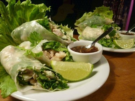 Thaicoso : rolinhos de verão, chutney de mamão verde / prawn summer rolls with green papaya chutney