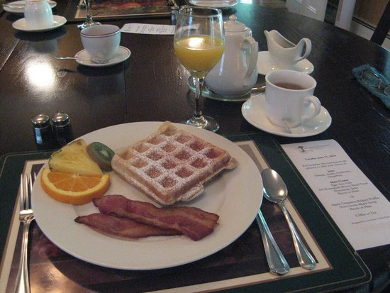 Hillsdale House Inn: The pleasure of being served a great breakfast