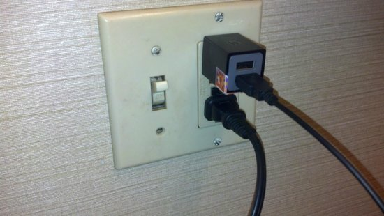 Days Inn Columbus Fairgrounds: Dark blood? smears on light switch in bath