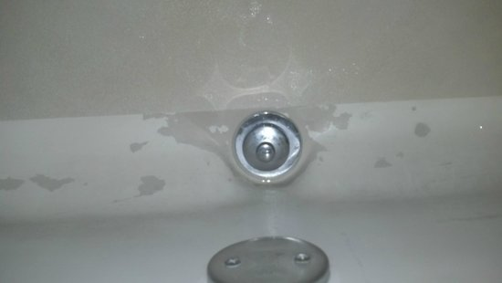 Days Inn Columbus Fairgrounds: Who paints a tub?