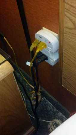 Days Inn Columbus Fairgrounds: Outlet next to bed. Switch by door turns outlet on & off. U hv to reset clock every day.