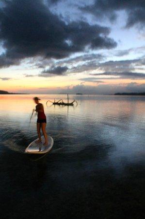 Ratua Private Island : Paddle-boarding at sunset