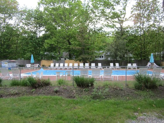Silver Sands Motel & Beach Cottages : Pool area.