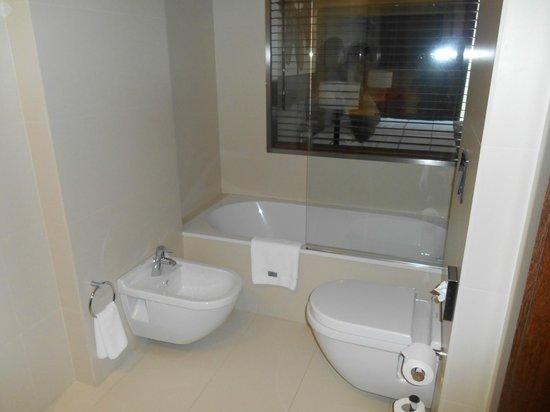 Carris Cardenal Quevedo: Confortable bathroom