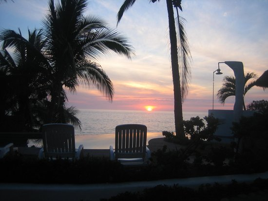Bungalows Lydia: Gorgeous sunset view by our pool