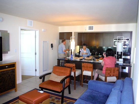 Marriott's Crystal Shores: Kitchen with sit down island