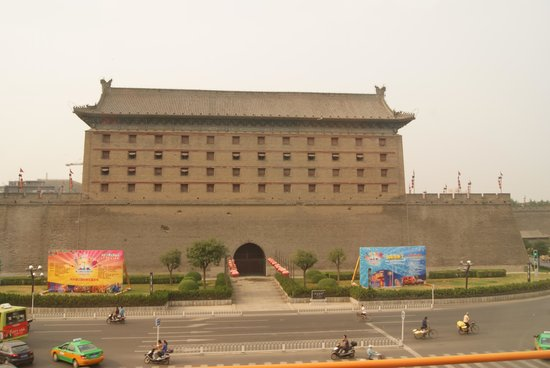 King Dynasty Hotel: Gerbang utama City Wall