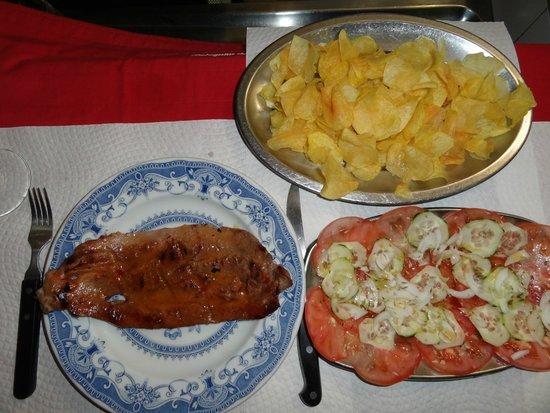 Botequim da Mouraria: Black pork tenderloin, chips, tomatoe cucumber salad
