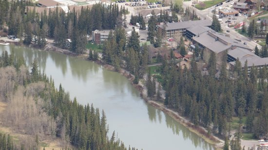 Bow View Lodge: Bow River Lodge just to the back of centre on the River Edge