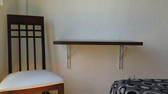 Hostal Besaya: Table lifted for use