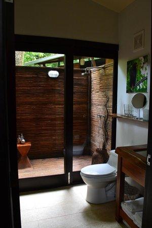 Isla Palenque : garden room outdoor shower