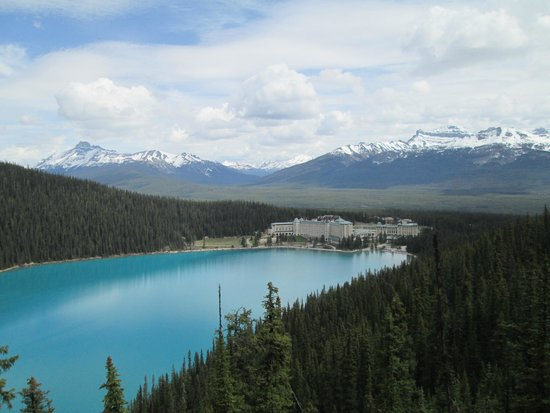 Fairmont Chateau Lake Louise: View of hotel and lake from Fairview Trail Platform