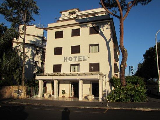 Hotel La Pergola: Front entrance to hotel