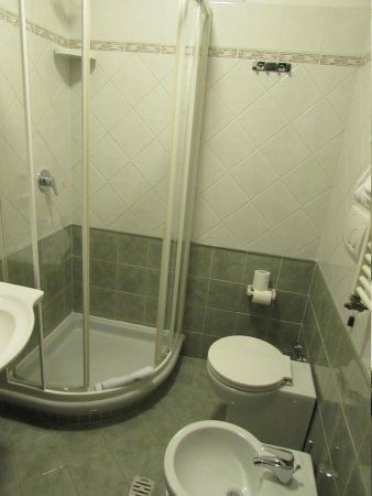 Hotel La Pergola: Washroom/shower