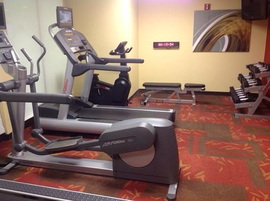 Courtyard by Marriott Wilmington Brandywine: small but adequate fitness room w dumbbells