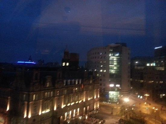 The Queens - Leeds: Leeds by night - my view from the Queens Hotel