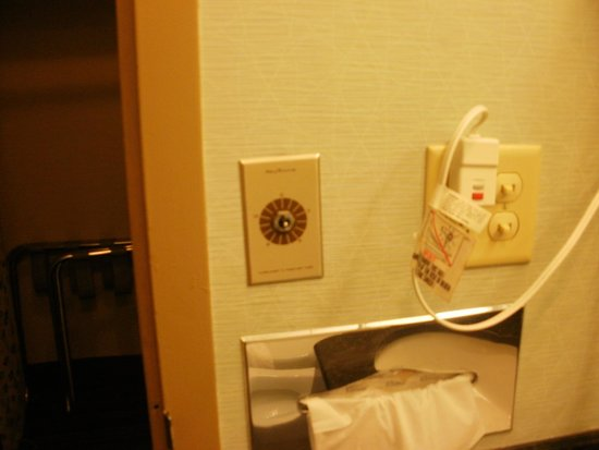 Best Western Plus Lockport Hotel: Missing knob