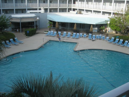 Hilton Head Resort: Building 1 Pool and Bar